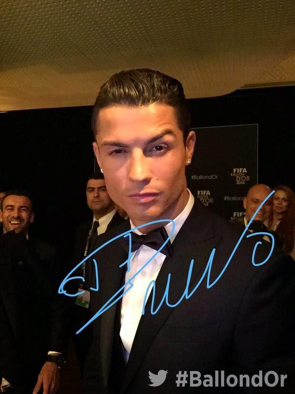 Gambar bintang Real Madrid Cristiano Ronaldo merangkul anugerah Trofi Ballon d Or buat kali ketiga