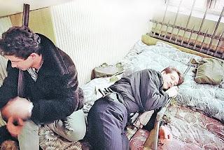 Интересный кадр, сделанный в январе 1991 года журналистами АП: защитники литовского парламента спят в обнимку с двустволками. К вопросу о том, воевали ли они голыми руками...