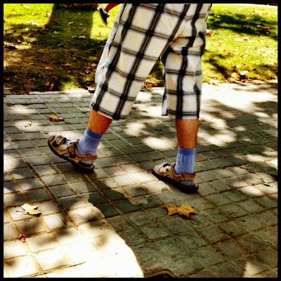 Típico turista, con chanclas y calcetines