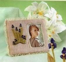 portarretrato con flores bordadas en cinta