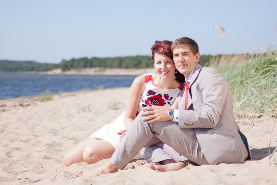 pruutpaar-istub-rannas-pulmafoto