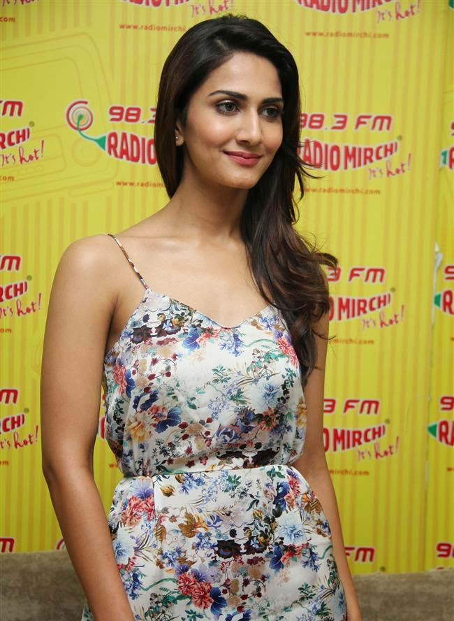 Vaani Kapoor adjusting her bra and underwear unseen pics