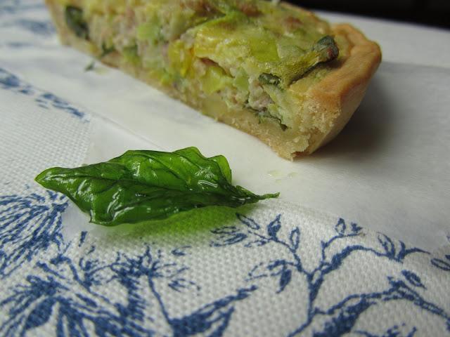 torta salata a base di pasta brisè farcita di verdure, uova e formaggi