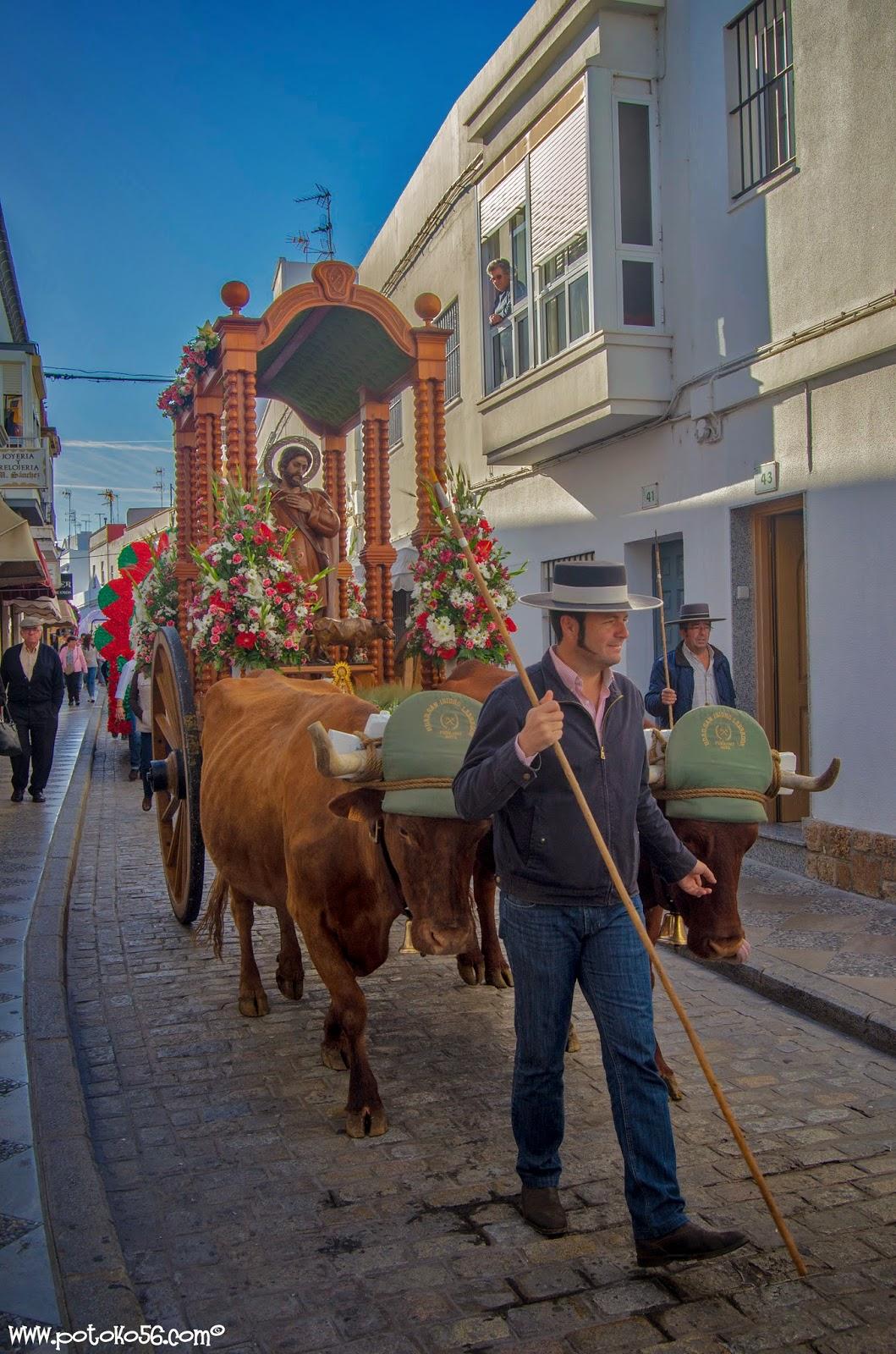 San Isidro por las calles de Rota camino del pinar