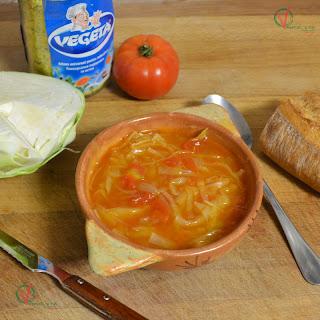 Sopa de col y tomate.