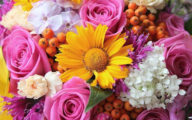 Bureaublad achtergrond met een prachtig boeket gekleurde bloemen