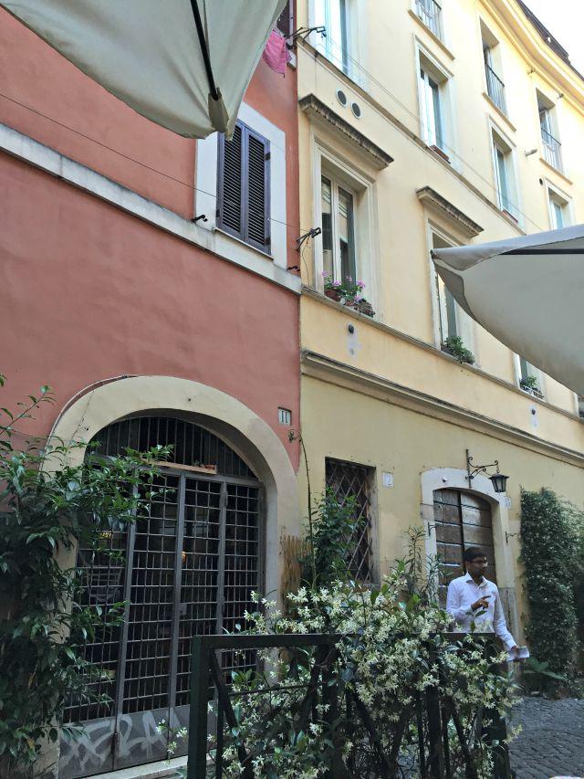 Trastevere Gasse - Restaurantsuche in Rom - mit Kindern in Rom unterwegs - Frühstück bei Emma