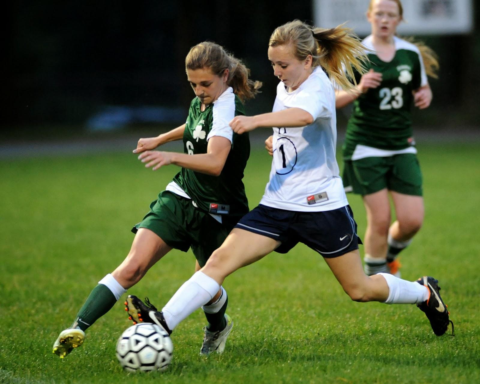 Sports de filles et sports de mecs - Fille joue au foot ...