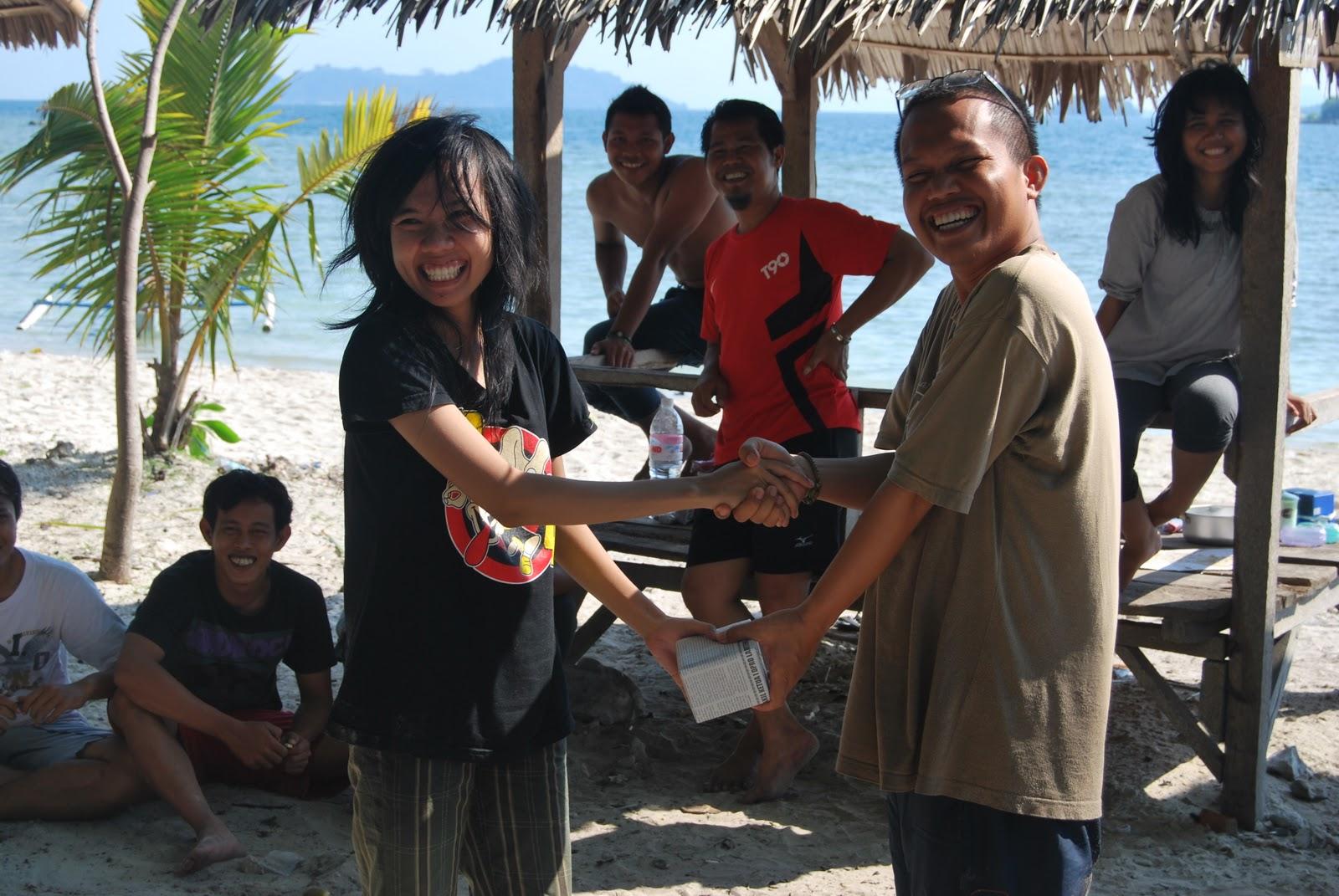 Jalan-Jalan Bersama Rekan Kerja ke Pantai Mutun