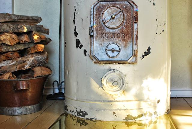 Muonamiehen mökki  - Salin vanha pönttöuuni, Kultor-merkkinen uuninluukku