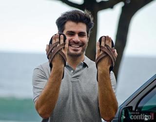 Os pés masculinos do Thiago Lacerda em chinelos Cartago