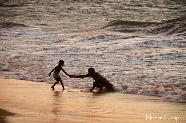 Pareja disfrutando el agua en Negombo