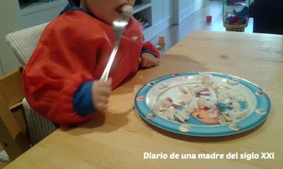 bebé cubiertos comer
