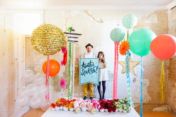 Photocall lleno de globos y colores para boda