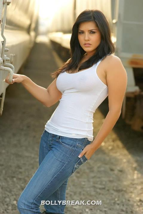 Sunny Leone Photogallery still - (9) - Sunny Leone in tight Jeans & Tank TOP
