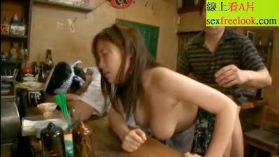 巨乳妹在居酒屋裡一有興致 開始晃乳做愛