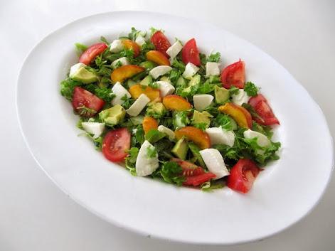 Avokado-mozzarellasalaatti