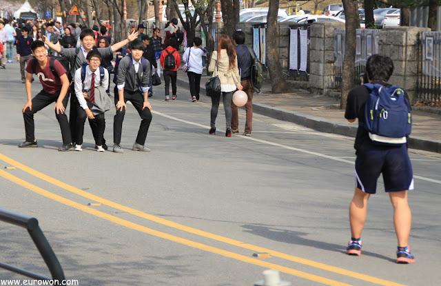 Chicos coreanos posando para foto divertida
