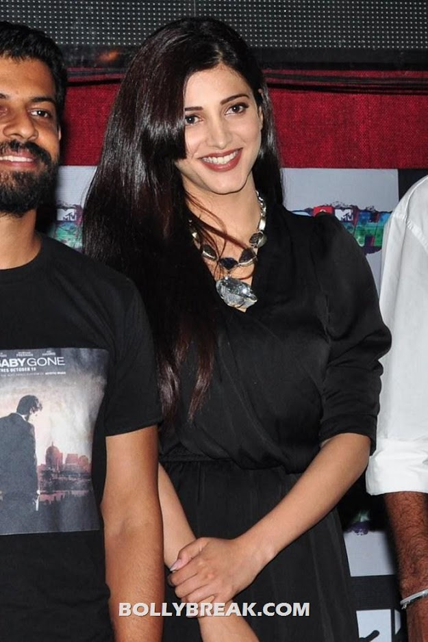 Shruti Hassan in black dress at event - Shruti Haasan in Black Dress - Latest event Photos 2012