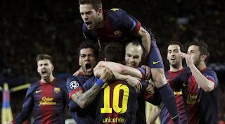Foto Pemain barecelona merayakan gol messi