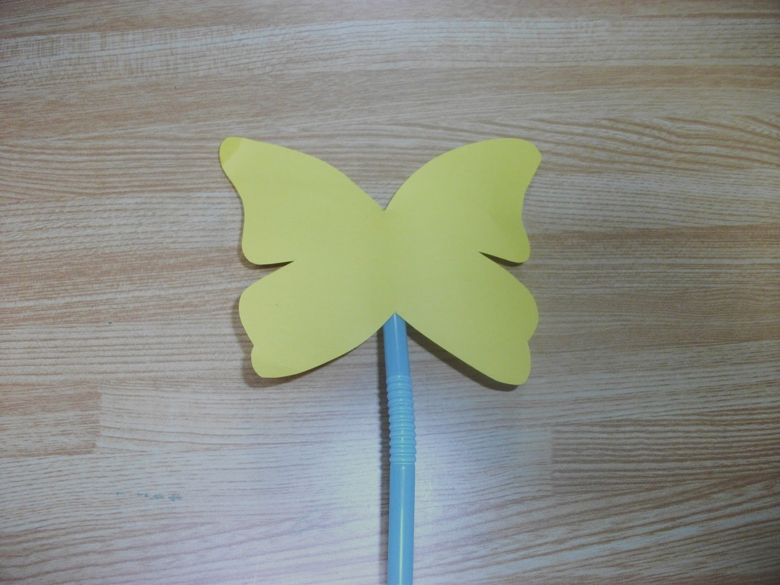 Easy butterfly straw and paper craft and song preschool for Quick crafts for preschoolers