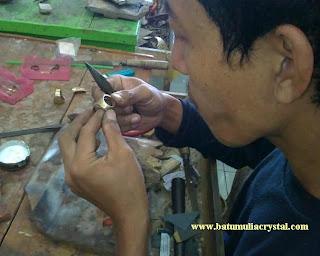 proses pembuatan ikat batu mulia