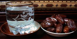 فوائد وحكم الإفطار على التمر والماء