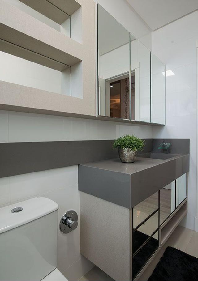 decoracao lavabos banheiros:Lavabo com bancada em silestone cinza e armário aéreo espelhado num