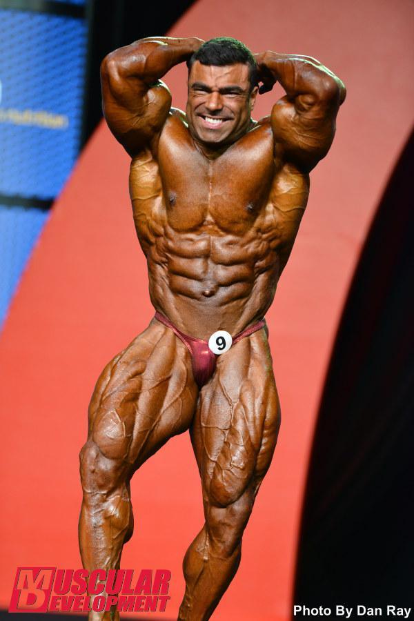 Eduardo Corrêa realiza a pose abdominais e coxas. Foto: Dan Ray