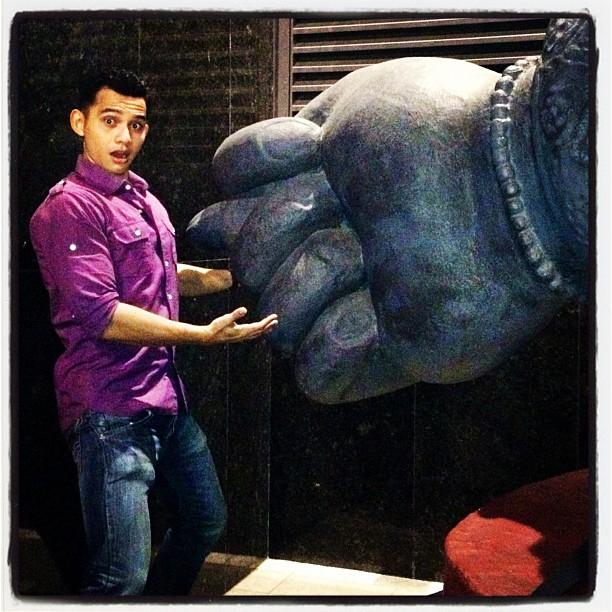 sambil menikmati pose Rory Asyari dari album Instagramnya berikut