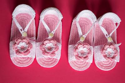 Sandalias rosas con flor de ganchillo para bebé
