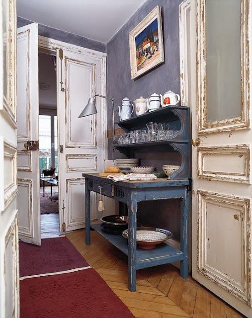 Eklektyczne wnętrze, biała i podniszczona stolarka drzwi, fioletowa ściana