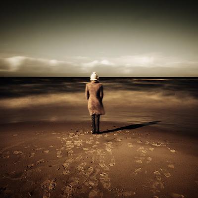 mujer en la playa en invierno