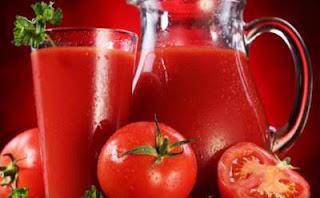 mengatasi bau rambut menggunakan jus tomat