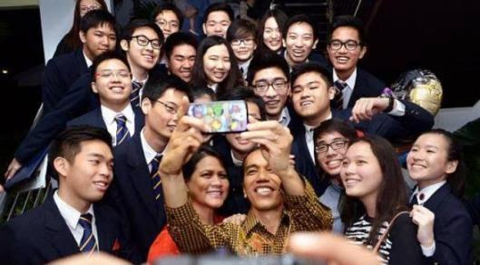 Ini Dia Gan: Foto Selfie Presiden Jokowi Bersama Sang Putra Pada Waktu Hari Kelulusan
