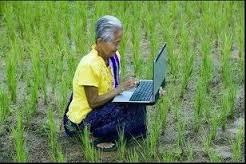 gambar nenek sedang udate status