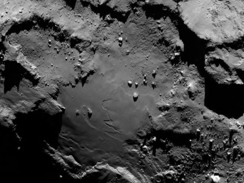 Поверхность кометы Чурюмова-Герасименко, снятая 6 августа 2014 года с расстояния 130 км