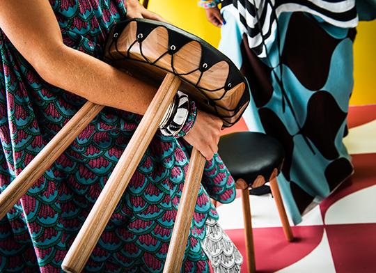 Ikeas tillfälliga kollektion Tillfälle - Pall av eukalyptusträ med läderhölje | www.var-dags-rum.se