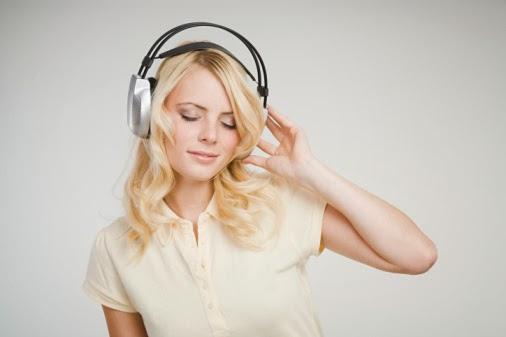 Mendengarkan Musik dengan Headphone