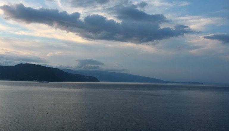 夕陽が山の向こうに沈む瞬間、相模灘は幻想的な空間へと変わります。今宵、シーサイドバーでグラスを傾けられますか・・・。