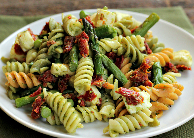 love, lauriepesto pasta salad with sun dried tomatoes, roasted