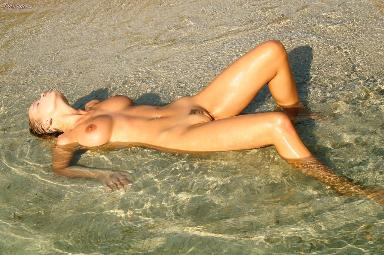 Красотки на пляже голые фото