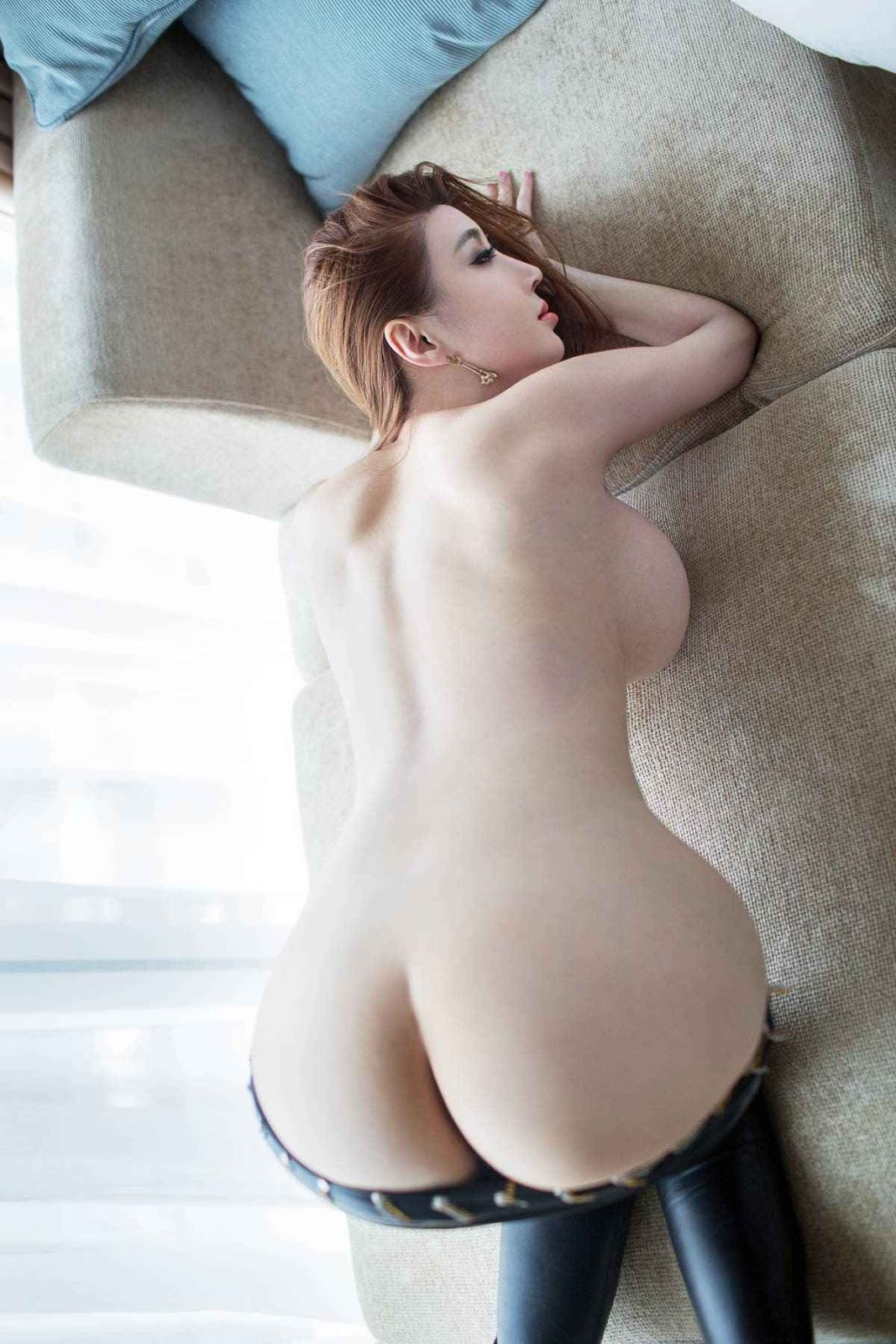 Very thin and slender naked Chinese girls without clothes, their hairy slits are excellent