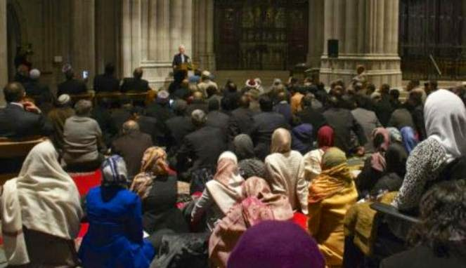 VIDEO UMAT MUSLIM SHALAT JUMAT DI GEREJA KATEDRAL WASHINGTON 2014