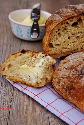 Kartoffel-Dinkelbrot mit Butter