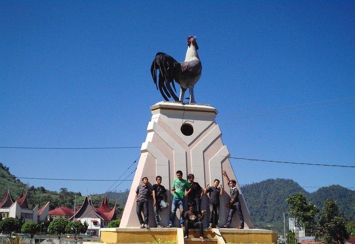 kantor Bupati Arosuka dan patung ayam di kabupaten Solok
