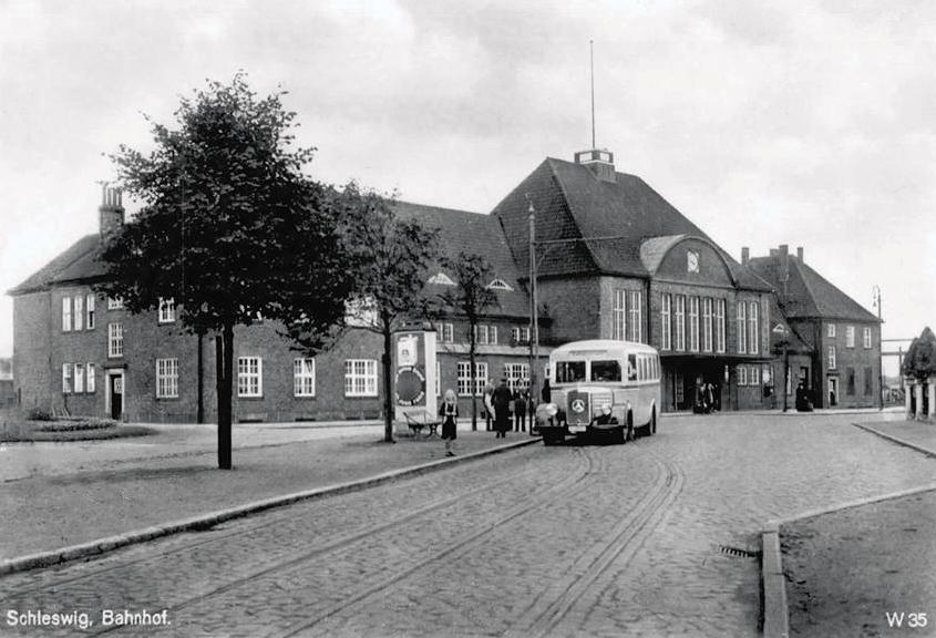 arrêt de car ou de bus WWII Schleswig+Mecedes+bus+1940ish