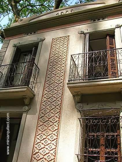Maqueta 1/12 de casa Modernista en Barcelona vista de la fachada a la calle