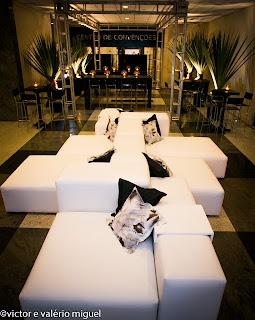 mesas altas, puff, almofadas, decoração