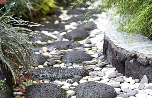 Senderos y caminos para el jard n decoguia tu gu a de for Camino de piedra jardin